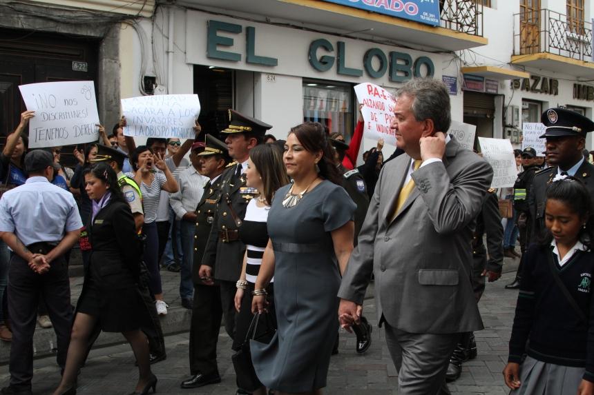 Ibarra.- Los manifestantes, con carteles, gritos y consignas, solicitaron al alcalde que revea la compra. |Foto: Alex Godoy/ Imbabura Hoy