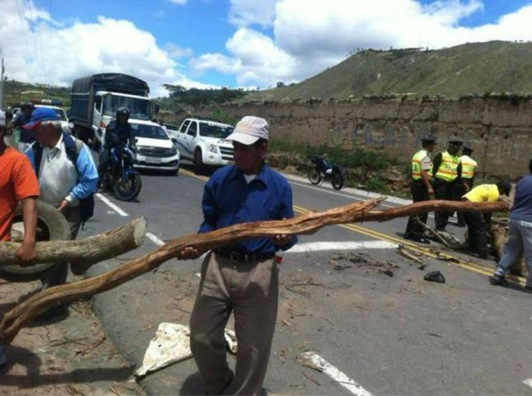 Pimampirp.- Pasado el medio día se empezó a retirar los bloqueos en la vía. |Foto: Cortesía Paolo Ponce/ Twitter: @pponcetvn