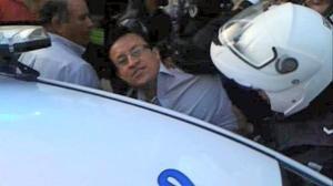 Ibarra.- David Rosero, vocal del CPCCS, publicó en su cuenta de Twitter, una foto del momento de su detención. |Foto: Twitter David Roserp