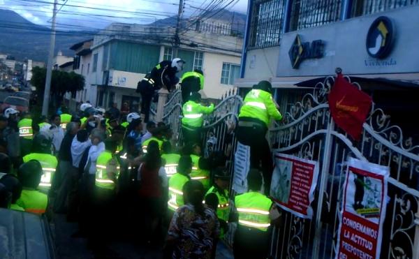 Ibarra.- Por la verja que rodea el FCME de Ibarra, los Policías, dieron cumplimiento a la orden de allanamiento. | Foto: Cortesía Carlos Moncayo
