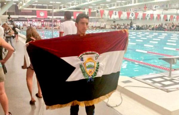 Colorado (EEUU).- Jefferson posa con la bandera de la provincia de Imbabura. El evento contó con deportistas de todo el mundo. |Foto: Cortesía
