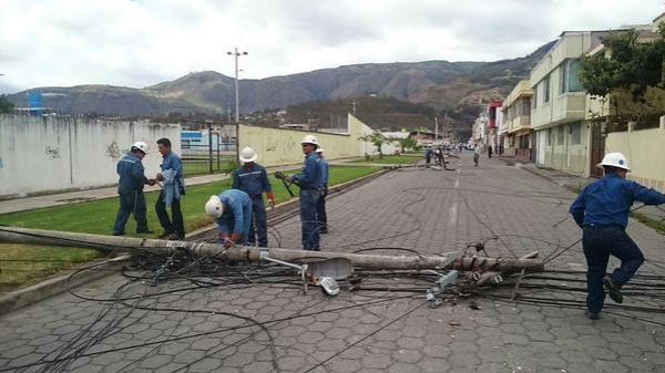 Ibarra.- Más de 8 horas les tomaron los trabajos de colocación de nuevos postes. |Foto: Cortesía Emelnorte
