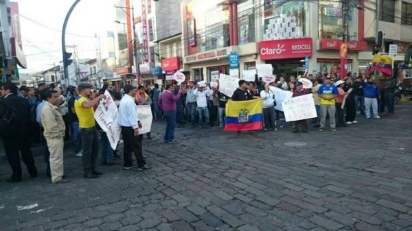 Ibarra.- Manifestantes se concentraron en el centro de la ciudad de Ibarra. La protesta fue pacífica.  Foto: Cortesía.