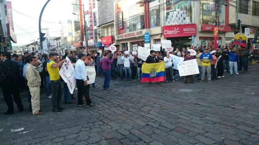 Ibarra.- Manifestantes se concentraron en el centro de la ciudad de Ibarra. La protesta fue pacífica. |Foto: Cortesía.