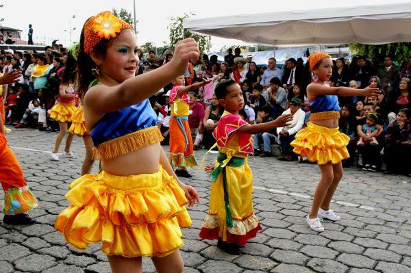 Ibarra.- Comparsas de diferentes barrios e instituciones, engalanaron el pregón de fiestas. |Foto: Alex Godoy /Imbabura Hoy