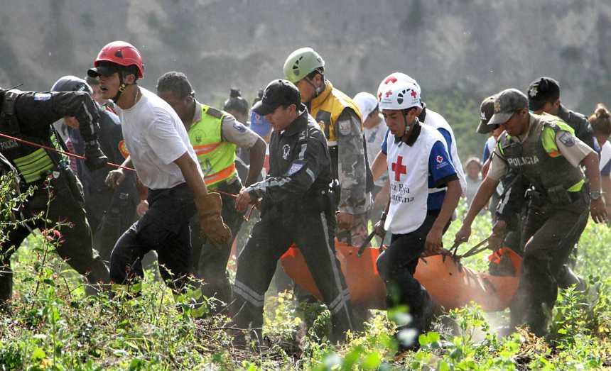Ibarra.- Personal de diferentes organismos de socorro, colaboraron con el rescate del cadáver. | Foto: Alex Godoy R. /ImbaburaHoy