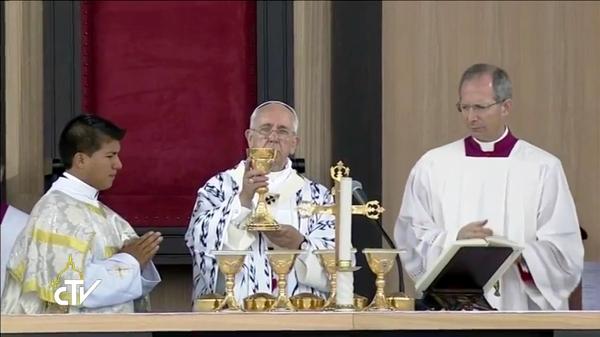Quito.- Freddy Llerena, es uno de los 3 Imbabureños que pudieron estar cerca y colaborar con el Papa Francisco. |Foto: Captura CTV