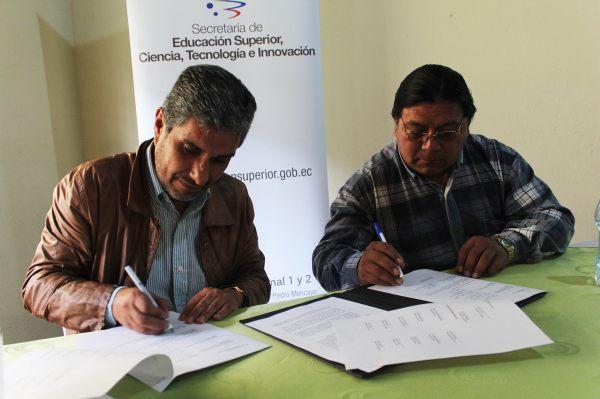 Otavalo.- Daniel Suárez firma la carta de compromiso, junto a el Juan Serrano, presidente del Proyecto Pesillo Imbabura. |Foto: Cortesía