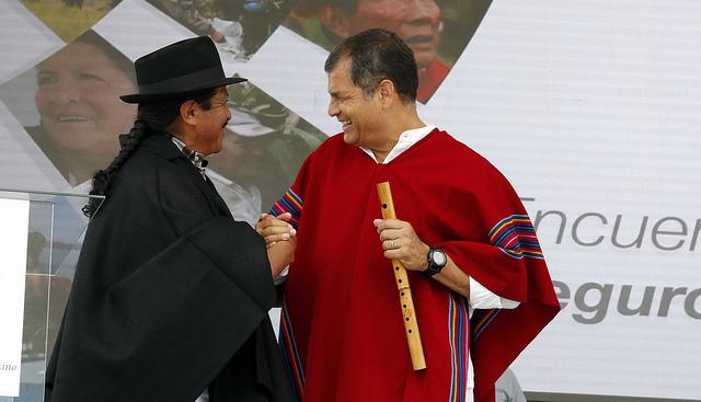 Ibarra.- El Presidente Correa recibió un poncho y una flauta como muestra de agradecimiento al apoyo para el Seguro Campesino. |Foto: PresidenciaEc