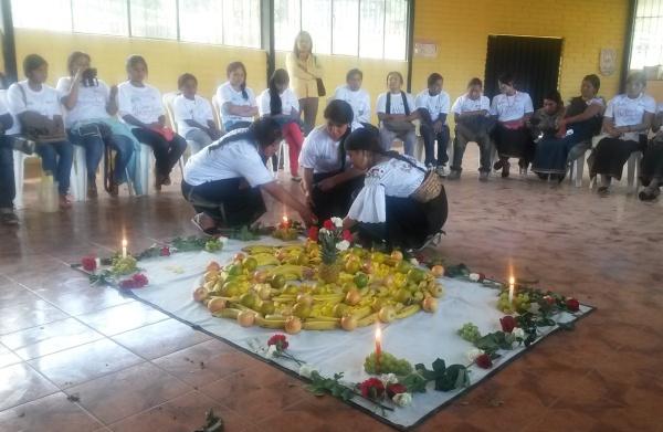 Ibarra.-Achic Lema, de 18 años de edad, en la inauguración del campamento realizó un ritual de meditación de  la luz|Foto: Cortesía