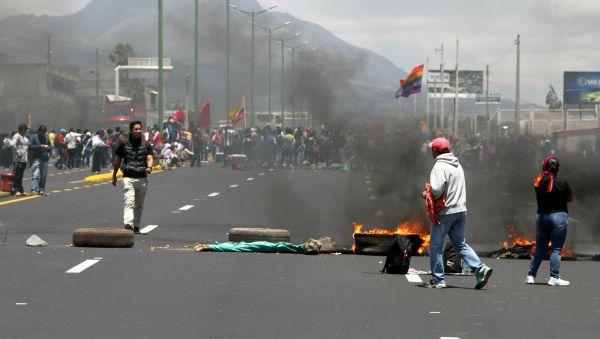 Otavalo.- Con llantas palos y piedras los manifestantes bloquearon las vías. |Foto: Alex Godoy/ImbaburaHoy