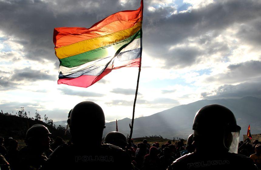 Cotacachi.- Con cánticos y banderas los manifestantes llamaban a la unión. La Policia y los Militares, vigilaban la seguridad. |Foto: Alex Godoy R