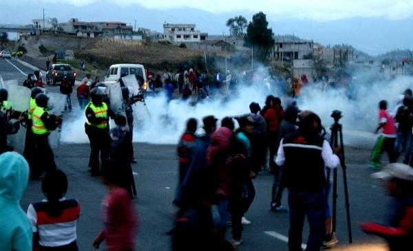 Otavalo.- Militares y Policías procedieron a retirar a los manifestantes para poder aperturar la vía. |Foto: Cortesía