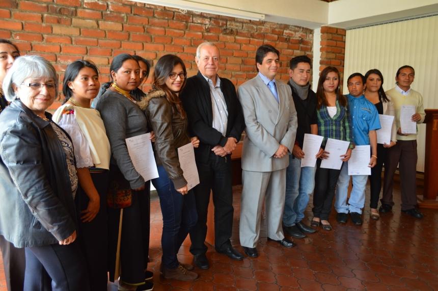 Otavalo.- Autoridades de la casona de estudios, posan junto a los estudiantes becados. |Foto: Cortesía