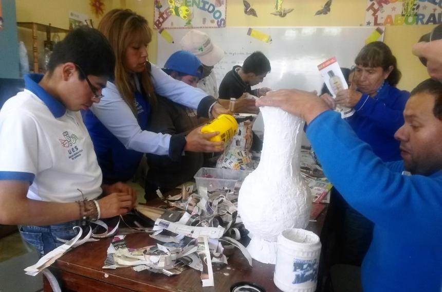 Ibarra.- En la Unidad Educativa de Sordos de la Prefectura de Imbabura se cuenta con un aula de inserción laboral en la que los asistentes aprenden a realizar artesanías.|Foto: Cortesía