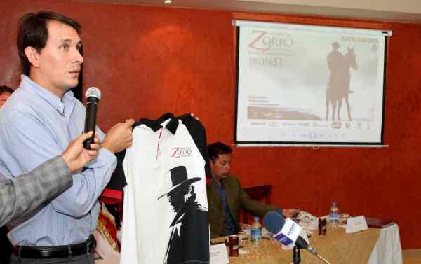 Ibarra.- Miguel Mejía, Gerente del Comité Cacería del Zorro, realiza la presentación de la camiseta que usarán los jinetes en la prueba. |Foto: Alex Godoy/ImbaburaHoy