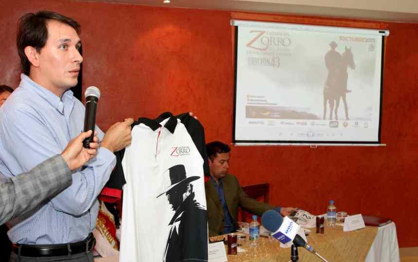 Ibarra.- Miguel Mejía, Gerente del Comité Cacería del Zorro, realiza la presentación de la camiseta que usarán los jinetes en la prueba.  Foto: Alex Godoy/ImbaburaHoy
