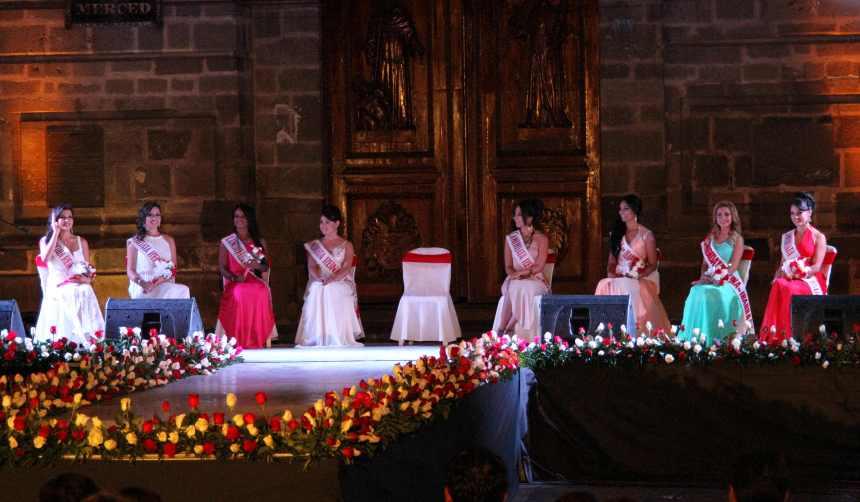Ibarra.- Con el fondo de la Iglesia de la Merced en Ibarra, se realizó la presentación de las candidatas a reina de la ciudad. |Foto: Alex Godoy R. /ImbaburaHoy