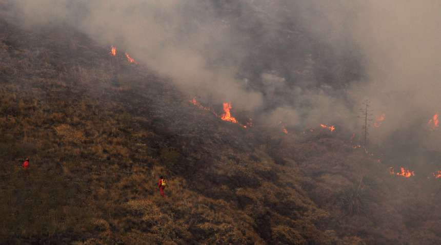 Ibarra.- Alrededor de 4 horas les tomó a los Bomberos y Militares, controlar el incendio en la loma de Pinllar.  Foto: Alex Godoy/ImbaburaHoy