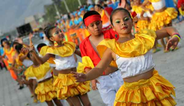 Ibarra.- Niños y jóvenes fueron parte del pregón de fiestas por los 409 años de fundación de Ibarra. |Foto: Alex Godoy/ImbaburaHoy