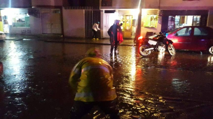 Ibarra.- Los organismos de emergencias, lograron controlar las inundaciones.  Foto: Cortesía