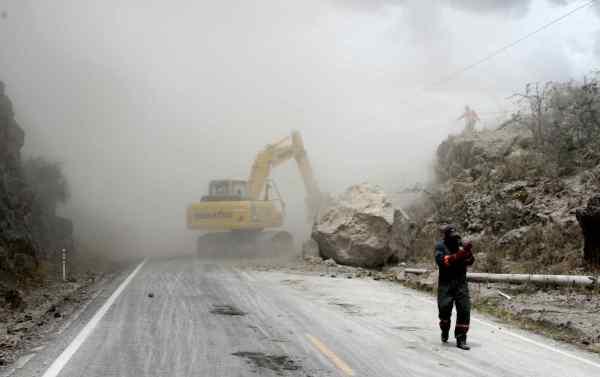 Mira.- Maquinaria de la Prefectura del Carchi, trabaja para habilitar la vía. |Foto: Alex Godoy/ImbaburaHoy